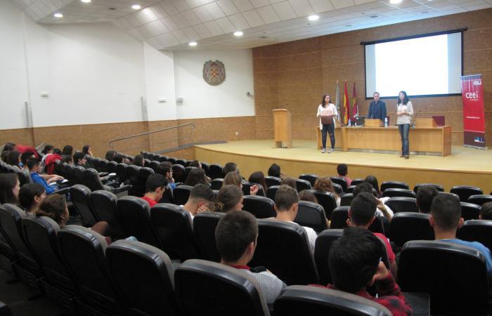 Estudiantes de la UAH aprenden a utilizar los aspectos legales del comercio electrónico de la mano del CEEI de Guadalajara